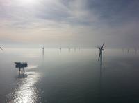 Blick auf den Offshore-Windpark Riffgat nordwestlich der Insel Borkum (links die Umspannplattform) bei leichtem Nebel