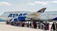 Afghanische Flüchtlinge, die aus Kabul evakuiert wurden, besteigen am 4. September 2021 in Ramstein-Miesenbach (Deutschland) ein Verkehrsflugzeug der Atlas Air