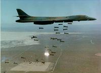 Ein US-amerikanischer B-1-Bomber wirft 30 Cluster-Bomben ab