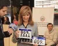 Julia Cardozo, Leiterin der Dirección del Registro de Automotores präsentiert das neue MERCOSUR-Kennzeichen in Paraguay.