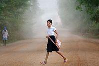 Vor acht Jahren riss Kanha ein Blindgänger das rechte Bein halb ab. Heute trägt sie eine Prothese von Handicap International und möchte Anwältin oder Ärztin werden. Bild: © Eric Martin / Figaro Magazine / Handicap International