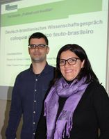 Die brasilianischen Wissenschaftler Rosana Da Camara Teixeira (vorne) und Felipe Lopes berichten in Quelle: Universität Bielefeld (idw)
