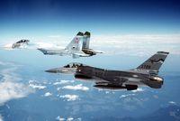 Su-27 und eine US-amerikanische F-16A