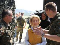 Ursela von der Leyen bekommt die Funktionsweise einer Patriot-Stellung vom Staffelchef Major W. erklärt. Bild: Bundeswehr