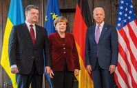 Biden (rechts) mit dem ukrainischen Präsidenten Petro Poroschenko und Bundeskanzlerin Angela Merkel bei der Münchner Sicherheitskonferenz 2015