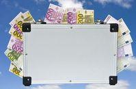 Geldkoffer: Schweizer Banker angeklagt. Bild: pixelio.de/Thorben Wengert