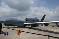 Euro Hawk nach dem Überführungsflug von der Edwards Air Force Base zur WTD61 in Manching. Die SIGINT-Ausrüstung war zu dem Zeitpunkt noch nicht eingebaut.