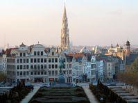 Brüssel: Blick vom Kunstberg (Mont des Arts) nach Nordwest, in der Mitte der Turm des gotischen Rathauses
