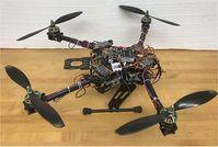 Neuartige Drohne richtet ihre Arme flexibel.
