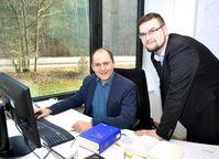Jura-Student Stefan Hessel (r.) hat sich an der Saar-Uni auf IT-Recht und Rechtsinformatik spezialisiert und ist studentischer Mitarbeiter im Team des IT-Sicherheitsexperten Christoph Sorge (l.). Quelle: Foto: Claudia Ehrlich (idw)