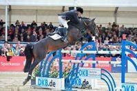 """John Whitaker entscheidet die erste Etappe der DKB-Riders Tour in Hagen a.T.W. für sich. Bild: """"obs/Comtainment GmbH"""""""
