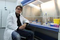 Privatdozent Dr. Christian Montag von der Abteilung für Differentielle und Biologische Psychologie der Universität Bonn im molekulargenetischen Labor. Quelle: Foto: Uni Bonn (idw)