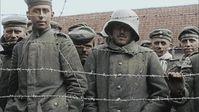 """Das Bild zeigt deutsche Soldaten in französischer Kriegsgefangenschaft. / Bild: """"obs/National Geographic Channel/ECPAD / National Geographic Channels"""""""