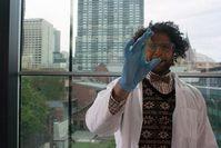 Mohammad Taha mit spezialbeschichtetem Glas. Bild: rmit.edu.au, J. Giggacher