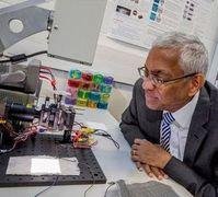Professor Tilak Dias bei Versuchen im Labor.