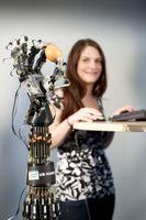 Saarbrücker Wissenschaftler haben eine Roboterhand entwickelt, die so sensibel ist, dass sie auch ein rohes Ei greifen kann, ohne es zu zerbrechen. Quelle: Foto: Markus Breig (idw)