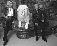 Siegfried (rechts) und Roy mit einem weißen Löwen