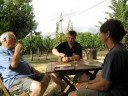 Weinprobe auf Neuseeland. Winzer Kai Schubert hat ein ehrgeiziges Projekt: Aus einer ehemaligen 40 Hektar großen Schafweide einen florierenden Weinbetrieb aufzubauen. Mit Lebensgefährtin Marion Deimling und einem Nachbarn verkostet er die ersten Proben. Bild: ZDF und Ralf Dilger