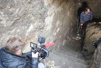 """Eine bemerkenswerte Entdeckung fast 70 Jahre nach Kriegsende, handelt es sich um den Eingangsbereich für ein bislang unbekanntes Stollensystem, wie Geoelektrik-Messungen es vermuten lassen? Bild: """"obs/ZDF"""""""