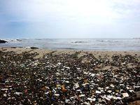 Vermüllter Strand: Plastikteile sind ein ernstes Problem. Bild: pixelio.de/IESM