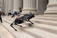 """""""Cheetah 3"""" erklimmt eine Treppe auf dem MIT-Campus."""