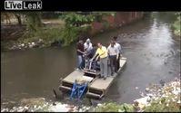 "Bild: Screenshot Youtube Video ""LiveLeak - Mayor Falls Into Sewer As Boat Capsizes"""