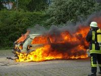 Brennendes Auto: Exosuit erleichtert Arbeit. Bild: pixelio.de/ Bredehorn Jens