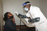 Durchführung eines Antigen-Schnelltests durch die Nase