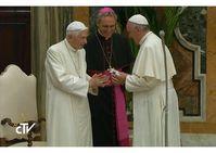 Ex-Papst Benedikt XVI, alias Joseph Ratzinger (2017) mit aktuellem Papst (rechts).