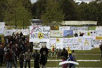Malen, Nähen und Präsentation des längsten Anti-Atom-Transparents der Welt vor dem Reichstag in Berlin. Bild: Andreas Conradt / PubliXviewinG
