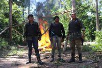 Paulo Paulino (Mitte) und Tainaky Tenetehar (links) bei einer früheren Patrouille der Wächter, die ein illegales Holzfällerlager in ihrem Gebiet zerstört.