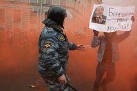 """Bild Beresowskis auf einem Protestplakat während einer Demonstration in Sankt Petersburg. (Aufschrift: """"Beresowski, wir sind mit dir"""""""")"""