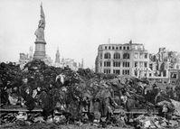 Leichenberg auf dem Dresdner Altmarkt, Februar 1945 nach der Bombardierung durch die Allierten