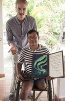 """Model mit Prothese Mario Galls trifft mit Handicap International in Kambodscha Thun Channereth / Bild: """"obs/Handicap International/Paul James Hay"""""""