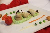 BILD zu TP/OTS - Erbsencreme im Räuchertofu-Mantel mit knusprigem Tofu und zweierlei Tomate.