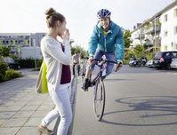 Augen auf im Straßenverkehr: Radfahrer müssen immer bremsbereit sein. Bild: HUK-COBURG.