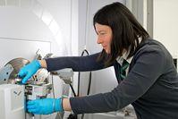 PSI-Forscherin Claire Villevieille, Gruppenleiterin Batteriematerialien, am Gerät für Röntgendiffraktion. Quelle: Foto: Paul Scherrer Institut/Markus Fischer (idw)