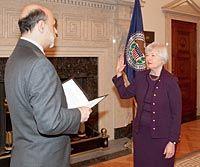 Ben Bernanke nimmt Yellen den Amtseid ab (4.Oktober 2010).