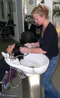 Friseurmeisterin beim Haarewaschen