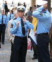 Schwedische Polizisten in Festtags-Uniform