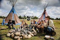 Während alle Kinder Evis Indianer-Ferienlager gut finden, ist Morten (Tristan Göbel, links) nur genervt.