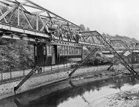 """Am 13.09.1898 wurde in der damals selbstständigen Stadt Elberfeld (heute Wuppertal) der erste Prototyp der Schwebebahn ins Gerüst gehängt. Die erste Probefahrt fand im Dezember 1898 statt. Bild: """"obs/WSW Wuppertaler Stadtwerke GmbH"""""""