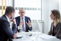 """Opel-Chef Karl-Thomas Neumann im Gespräch mit Timo Friedmann und Sabine Stahl von MOTOR-TALK. Bild: """"obs/Motor-Talk GmbH/Jennifer Adler/Motor-Talk"""""""