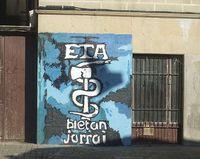 Euskadi Ta Askatasuna, kurz ETA, (baskisch für Baskenland und Freiheit) ist eine links orientierte, separatistische baskisch-nationalistische Untergrundorganisation. Quelle: de.wikipedia.org