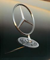 Mercedes-Stern auf der Front einer S Klasse-Limousine. Bild: Daimler AG