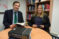 Die Strafrechtler Professor Dr. Martin Böse und Dr. Anne Schneider von der Universität Bonn mit dem Quelle: (c) Foto: Barbara Frommann/Uni Bonn (idw)