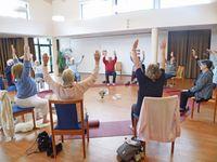 """Neues Yoga-Konzept holt alte und hochaltrige Menschen aus Isolation und Einsamkeit /  Bild: """"obs/Yoga für alle e.V./©Martha Stiftung"""""""