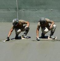 Verstreichen von Beton auf einer Baustelle.
