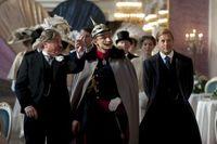 """Lorenz (Burghard Klaußner, l.) und Louis Adlon (Heino Ferch, r.) führen Kaiser Willhelm II (Michael Schenk, m.) durch das neue Adlon. Bild: """"obs/ZDF"""""""