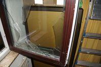 Die Einbrecher verschafften sich über ein Fenster gewaltsam Zugang ins Geschäft. Bild: Polizei